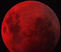 """Como muitos já devem saber, em breve, dia 04/05/2015, teremos um fenômeno chamado Lua de Sangue. Quem quiser ler um pouco mais e algumas curiosidades, dê uma olhada aqui nessa reportagem da Veja. Aliás, prestem atenção ao finalzinho da matéria, onde diz """"Os três outros eclipses lunares que completam a tétrade vão ocorrer em 8 de outubro de 2014, 4 de abril e 28 de setembro de 2015. Dentre eles, segundo Rojas, apenas o último terá uma boa visibilidade no Brasil."""""""
