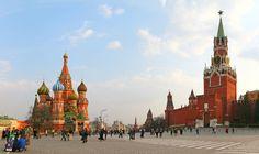 LA PLAZA ROJA Y EL KREMLIN  El corazón de Moscú y, por qué no, de toda Rusia queda alojado en la enormidad de su famosa plaza Roja, el antiguo mercado de la ciudad, a cuyos lados se distinguen las cúpulas de la bellíscima catedral de San Basilio o la muralla de la ciudadela del Kremlin, testigo de excepción de la historia del país.