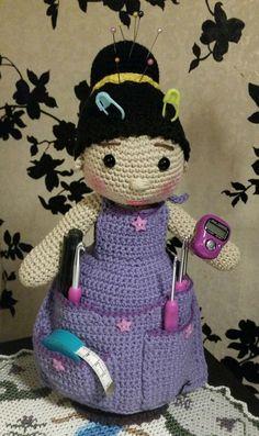 Hæklet bedste - hæklet af Gurli Pedersen Crochet Home, Crochet Dolls, Knit Crochet, Pin Cushions, Kara, Crochet Projects, Crochet Pattern, Minnie Mouse, Projects To Try