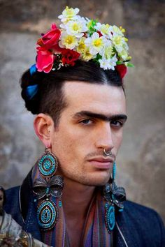 gender-bending frida. Really works! Looks like Frida and emphasizes his masculinity.