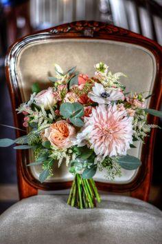 wedding rustic chic, boquette flowers wedding, Boquette Flowers, Wedding Flowers, Wedding Gold, Wedding Rustic, Rustic Chic, Castle, Bouquet, Table Decorations, Green