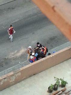"""6:02pm herido en la cabeza en @J O Stewarté Borges. No sé si es producto de perdigón o golpe de bomba lacrimógena.#16M  #SOSVzla pic.twitter.com/ly5aB8ZmYv"""""""