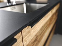 Zoom of the scope of the work plan stratifi compact end black Nano Black with faade light brown wood effect Murphy of the kitchen Arcos Edition. Kitchen Dinning, Kitchen Decor, Kitchen Design, Black End Tables, Backyard Furniture, Modern Farmhouse Kitchens, Modern Decor, Home Remodeling, Kitchen Remodel
