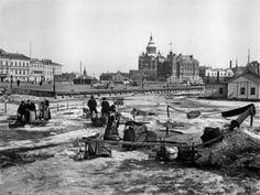 3. Eteläsatama vuonna 1907. Jäällä näkyy saalistaan myymässä olevia kalastajia. Taustalla näkyvä Presidentin linna oli tuolloin vielä Keisarillinen palatsi. Nyt rakennus on remontissa.