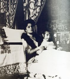 Winter 1910/1911 in the Alexander Palace.  Empress Alexander and her youngest daughter, Anastasia.