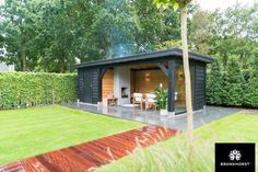 Zo'n berging met volop ruimte voor al uw tuingereedschap valt uitstekend te combineren met een overdekt terras. Vraag de gratis inspiratiebrochure aan.