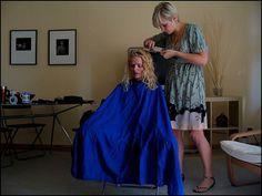 peignoir bleu et blouse verte Blouse Verte, Bald Girl, Salon Chairs, Barber Chair, Cut My Hair, Prom Dresses, Formal Dresses, Beauty Shop, Barber Shop