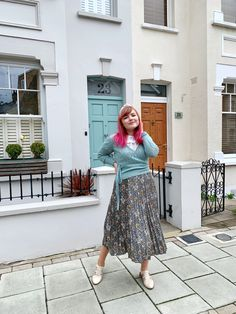 Cute outfit with a pkeated floral william morris skirt, wrap around cardigan, ouff sleeve white blouse and cute flat shoes. Cottage style retro vintage cute outfit Quirky Girl, Sequin Outfit, London Lifestyle, Girls With Red Hair, Cute Flats, Wrap Cardigan, Spring Trends, William Morris, Flat Shoes
