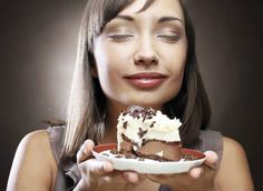 Eating healthy can be challenging even for nutritionists, who also struggle with bad eating habits. They provide tips on how to overcome them and eat better. Healthy Eating Tips, Eating Habits, Get Healthy, Healthy Dessert Recipes, Healthy Sweets, 500 Calories, Easy Snacks, Cravings, Sweet Tooth
