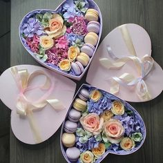 💜 New onee 💜 Prix : 175 dh Edible Fruit Arrangements, Edible Bouquets, Flower Arrangements, Food Bouquet, Candy Bouquet, Flower Box Gift, Flower Boxes, Flowers, Sweet Box