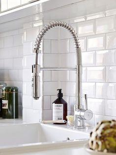 Classy white subway tile inspiration to decorate your kitchen 27 Kitchen Taps, Kitchen Backsplash, Kitchen And Bath, New Kitchen, Kitchen Dining, Kitchen Decor, Awesome Kitchen, Kitchen Layout, Kitchen Ideas