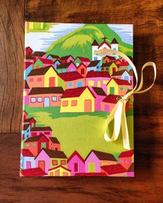 Caderno com costura Lattice em capa revestida de tecido 100% algodão. Estampa super alegre, divertida e colorida!