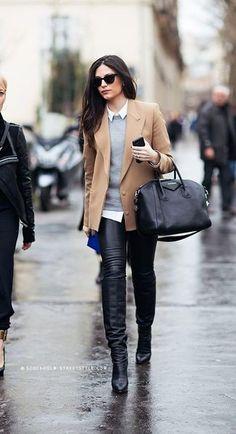 Tenue: Blazer en laine brun clair, Pull à col rond gris, Chemise de ville , Jean skinny en cuir noir