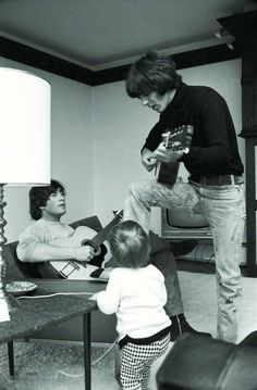John & Julian Lennon and George Harrison at home in Photo by Henry Grossman. I've seen this before, it may be my favorite Beatles photo. Julian Lennon, Ringo Starr, George Harrison, Paul Mccartney, Liverpool, Stevie Wonder, Thats 70 Show, Illustration Photo, Les Beatles