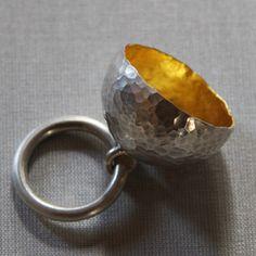 Laurence Oppermann - Bague Mine d'Or - entièrement forgée et martelée à la main , feuille d'or 18 carats à l'intérieur de la coupole...et argent massif 925 ml. - 920€