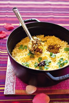 Le riz basmati cuit avec l'agneau revenu dans des épices chaudes : ilse gorge de jus et de parfums.