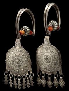 Morocco | Pair of earrings / temple ornaments from the Tiznit region | Silver, niello, amber | ca. 1900 || Est. 800 - 1 000€  (Dec '13)