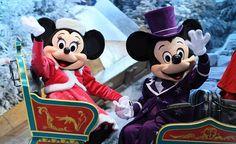 Mickey and Minnie Christmas Disneyland Paris Christmas, Disney Very Merry Christmas, Disney World Christmas, Mickey Christmas, Disney Holidays, Disneyland Park, Retro Christmas, Christmas Time, Mickey And Minnie Love