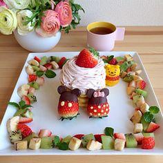 Hotcakes w/ fruit ~ Winnie the Pooh, Mickey and Minnie Mouse Cute Snacks, Cute Desserts, Cute Food, Bento Recipes, Baby Food Recipes, Dessert Recipes, Disneyland Food, Disney Food, Kawaii Dessert