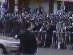 X JAPAN hide 葬儀 当時のニュース映像  人気バンドのメンバーの葬儀には多くの人が参列しました。