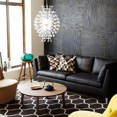 salon-con-sofa-de-cuero-marron