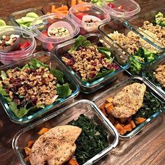 @skinnygirlgains prepped her lunches + snacks for the week & boy do they look yummy! I find it so easy to stay on track when I prep the small snacks too.  - Download @mealplanmagic to prep all meals and snacks while working towards your fitness goals.