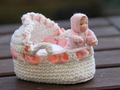 Deze wiegjes zijn gemaakt voor een ongeveer 5 cm grote poppenhuis baby. Ze zijn gemaakt van katoen met een door de rand geweven lint. De ...