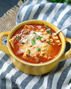 Healthy Slow Cooker Lasagna Soup is an easy All Day Crock Pot dinner for busy weeknights. Best of all, your family will love this simple comfort food! Crockpot Dishes, Crock Pot Soup, Crock Pot Cooking, Crockpot Recipes, Soup Recipes, Healthy Recipes, Lasagna Recipes, Healthy Soup, Cooker Recipes