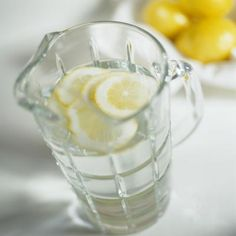 Experts Reveal: 15 Small Diet Changes for Weight Loss! Adding the lemon helps to detoxify the liver and metabolizes fat, so this can speed up metabolism by about 33 percent. That burns about 100 extra calories per day! Get Healthy, Healthy Tips, Healthy Food, Healthy Recipes, Healthy Habits, Healthy Junk, Healthy Bodies, Healthy Style, Healthy Vegetables