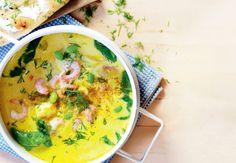 En intens karrysuppe med fisk og ostefyldte brød giver dig både lethed, mæthed og varmen på en kold dag. Få opskriften her