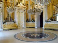 Maestoso Salone degli Specchi del Castello Ducale.