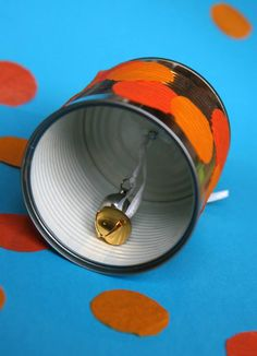 Un grelot et une boite de conserve (vide) deviennent une cloche pour annoncer en beauté la nouvelle année ! Vos enfants seront ravis de pouvoir faire du bruit (pour une fois!) et cette cloche est très facile à fabriquer : occupez-vous du marteau et du clou pour le trou et les enfants pourront décorer leur cloche avec de la peinture, du papier de soie, des gommettes, de la colle.... Matériel nécessaire pour fabriquer une cloche de Nouvel An Pour fabriquer cette cloche avec vos enfants, vous… Instrument Craft, Making Musical Instruments, Homemade Instruments, Crafts For Boys, Crafts To Do, Music Activities, Activities For Kids, Music For Kids, Art For Kids