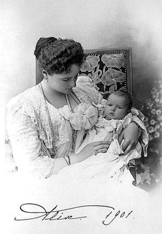 Alexandra Feodorovna and youngest daughter Grand Duchess Anastasia Nikolaevna of Russia, 1901.