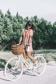 Trendy Vintage Bike Photoshoot Baskets Ideas - Women's style: Patterns of sustainability Retro Bicycle, Vintage Bicycles, Womens Vintage Bike, Bicycle Women, Bicycle Girl, Ladies Bicycle, Bike Photography, Vintage Photography, Moda Professor