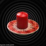 Red ceramic candle pad with geometric pattern. Czerwona ceramiczna podstawka pod świecę z geometrycznym wzorem.