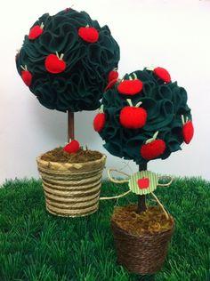 Duas Topiarias com maçãs, sendo uma (1) com 35cm e uma (1) com 25cm. Confeccionamos com outros tipos de frutas.  Materiais:  Folhagens e maçãs em feltro  Caule de canela ou graveto  Base plástica revestida de sisal ou metálica colorida  Gramado feito com musguinho  Topiaria pequena: R$ 20,00  Top...