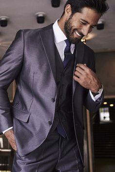 Dieser 5-teilige Anzug von Studio Coletti kommt mit seinem leicht glänzenden Obermaterial besonders dann gut an, wenn der Auftritt einmal so richtig edel sein soll, wie zum Beispiel bei einem festlichen Anlass. Die Weste sieht zu einem schlichten weißen Hemd oder einem Hemd in der Krawattenfarbe superschick und sehr hochwertig aus.