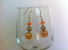Boucles d'oreilles en acier chirurgical avec pendentifs perles cube verre facetté ambre, donut gris et orange : Boucles d'oreille par nessymatriochka