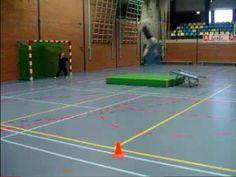 Jumpball; sprongschot na aanloop (eventueel over bank) en afzet op trampoline. Staan blijven bij de landing!