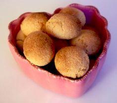 Grâce à ma soeur j'ai réussi à récupérer la fameuse recette des macarons minute de Tante Brigitte. J'ai servi ces délicieux macarons rapides avec une compote pommes-fraises