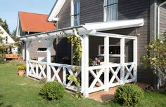 terrassenüberdachung aus Holz in Weiß