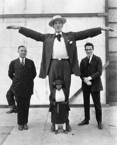 From F*** Yeah Harold Lloyd! 8 foot George Auger, Princess Wee Wee and an unidentified three-legged performer, all of the Ringling Brothers Circus, pose with 5 foot Harold Lloyd on the set of Safety Last. Harold Lloyd, Pantomime, Ringling Brothers Circus, Human Oddities, Circus Art, Circus Clown, Bizarre, Vintage Circus, Vintage Carnival