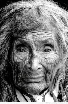 portrait - old woman Old Faces, Many Faces, People Around The World, Around The Worlds, Unique Faces, Interesting Faces, Belle Photo, Old Women, Black And White Photography