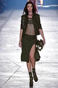Foto Collezione Versace Primavera Estate 2016 | Foto Collezione Versace Primavera Estate 2016 | Coordinato di giacca e gonna con spacco verde militare | FOTO