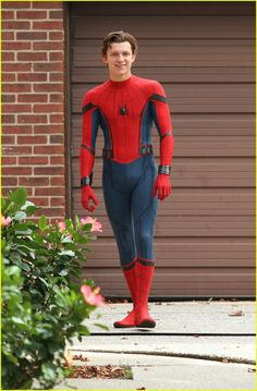 Tom Holland & Chris Pratt Are Ready to Have a Dance Off: Photo Tom Holland gets ready to sprint into action on the set of Spider-Man: Homecoming on Tuesday (September in Queens, New York. Spiderman Homecoming Suit, Homecoming Suits, Joss Whedon, Tom Holland Fanfiction, Marvel Comics, Spider Baby, Spiderman Costume, Gilbert Blythe, Tom Holland Peter Parker