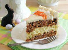 La torta di carote è un dolce soffice e leggero. L\'ideale per servire una merenda sana e genuina ai bambini. Con l\'aggiunta di cioccolato diventa ancora più gustosa.