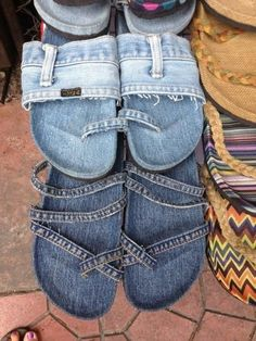 Upcycle your old jeans into cute flipflops. No usable link, just a picture – 2019 - Denim Diy Diy Jeans, Jean Crafts, Denim Crafts, Artisanats Denim, Jean Diy, Denim Sandals, Jean Sandals, Denim Shoes, Denim Purse