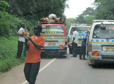 Uganda 2011. Ojaan ajanutta kuormuria nostettiin ojasta. Paikalle oli ilmestynyt snackien ja virvoitusjuomien myyjiä. Huomaa kanakuljetus, joka kyllästyi jonottamiseen ja lähti ohittamaan metsän puolelta.