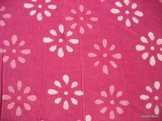 Cest le tissu coton indien imprimé floral en couleur rose Mauve. Caractéristiques du tissu blanc imprimé floral à base de rose mauve. Largeur du
