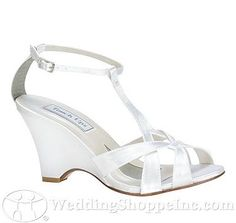 A comfortable wedge in dyeable white satin